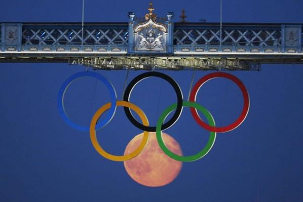 La luna llena junto a los aros olímpicos