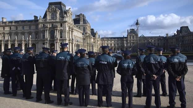 Oficiales de policía atendieron en diciembre un llamado del Louvre para responder al problema por robos en el museo (AFP).